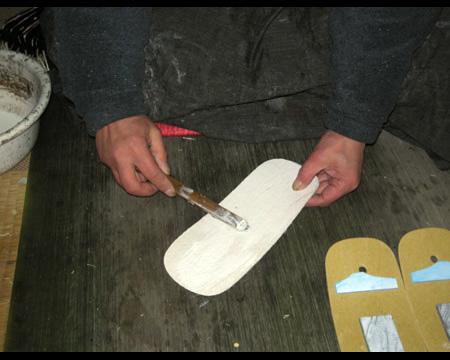 1.天板の裏に接着剤を塗る