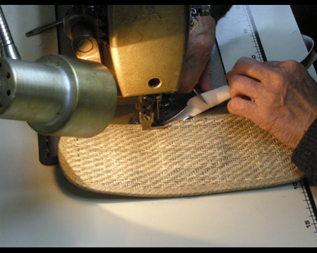 3.専用のミシンで縫製する