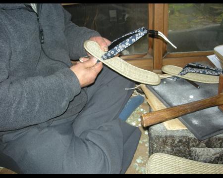2.接着剤を付け裏革に固定する