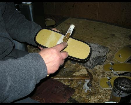 2.中板の片面に接着剤を塗る