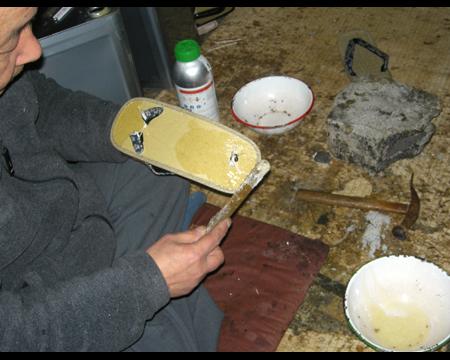 4.天板の裏にも接着剤を塗る