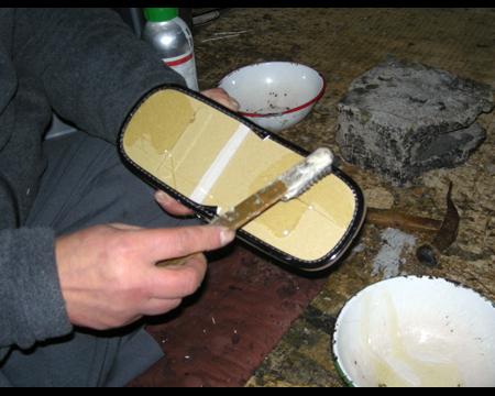 5.中板の反対面に接着剤を塗る