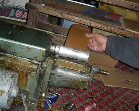 6.本底は専用の機械で接着剤を塗る